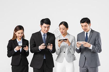 商务团队玩手机图片
