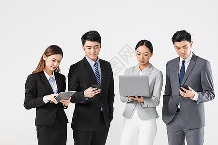 商务团队看电子设备图片