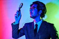 商务男性色彩创意用放大镜探索图片