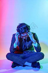 商务男性色彩创意沉思动作图片