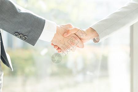 商务男女合作握手特写图片