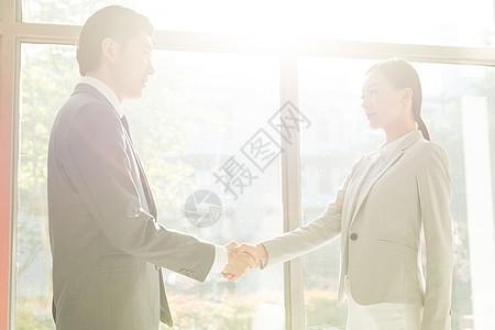 商务男女合作握手图片
