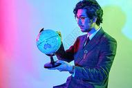 商务男性色彩创意手持地球仪图片