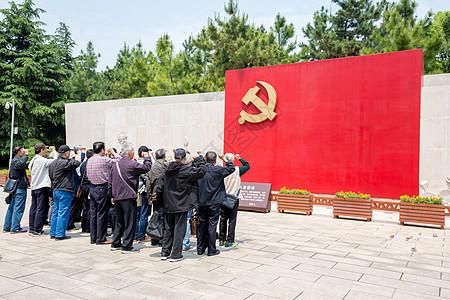 老党员在宣誓墙前重温誓言图片