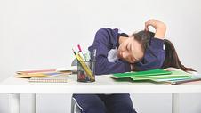 女高中生形象趴着睡觉动作图片