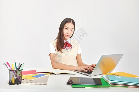 女高中生形象使用电脑学习图片