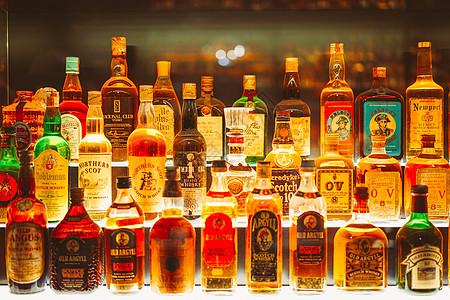 酒柜里的酒图片