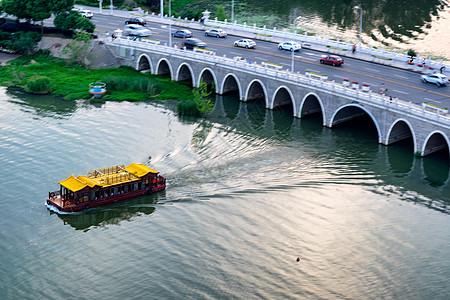 游船划过东湖双湖桥图片