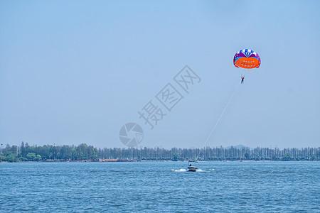 东湖上玩极限运动的人图片