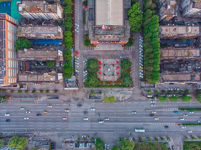 俯瞰城市车水马龙的道路图片