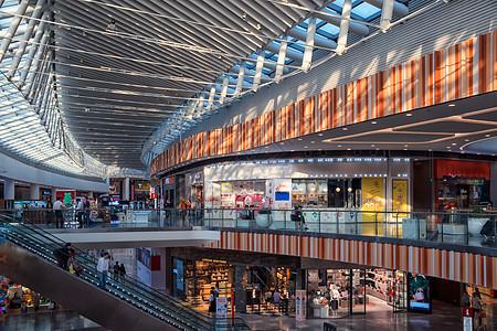 阳光斑驳的购物中心内部图片
