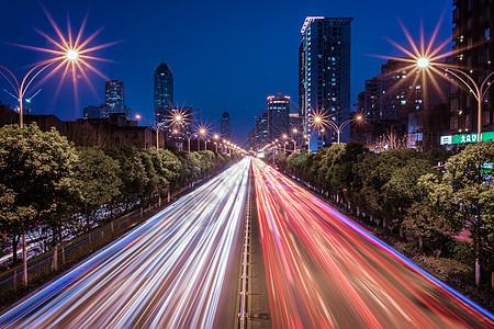城市中的车来车往图片