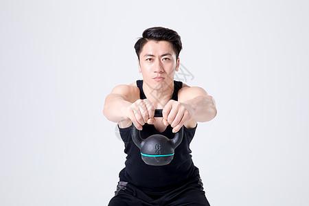 运动健身男性人像壶铃图片