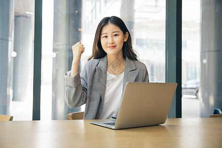 商务女性咖啡馆电脑办公图片