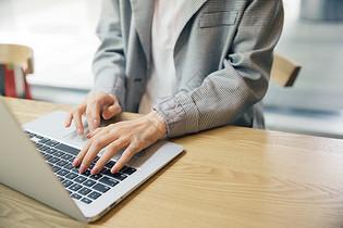 商务女性电脑打字手部图片