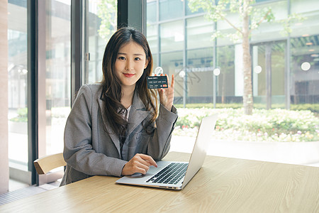 商务女性咖啡馆手持信用卡图片