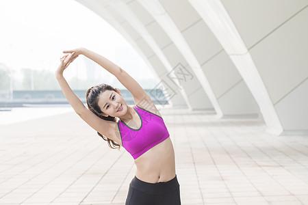 户外运动健身女性热身动作图片