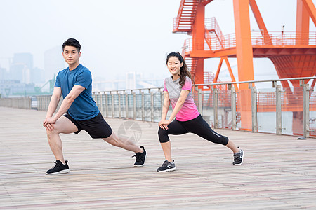 户外运动健身人像拉伸压腿图片