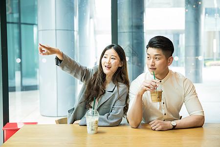 商务人士咖啡馆喝咖啡休闲图片