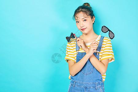 青年女性手持小道具可爱动作图片