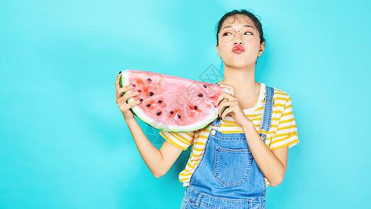 年轻女性手拿水果西瓜图片