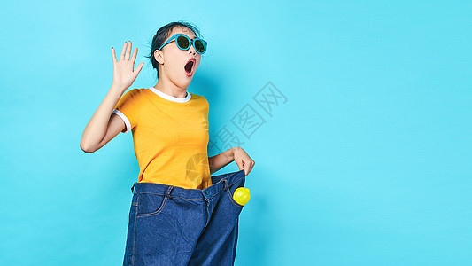 年轻女性穿夸张的裤子图片