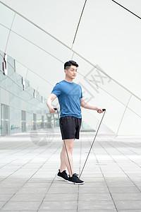 户外运动健身跳绳的年轻男性图片