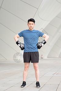 男性户外运动戴拳击手套锻炼图片