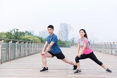 年轻男女户外运动健身运动图片
