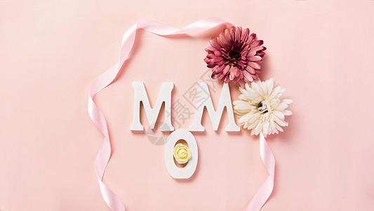 粉色背景上的MOM字母鲜花图片