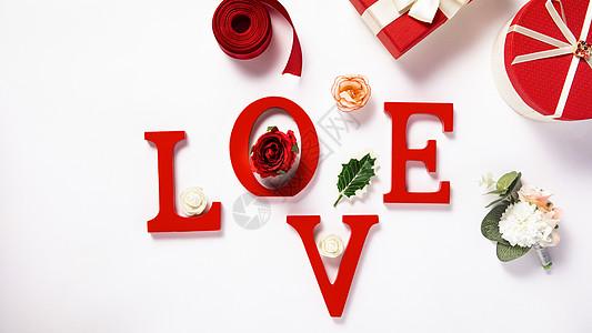 白色背景上的LOVE字母礼盒图片