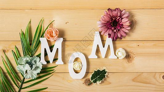 原色木板上的MOM字母图片