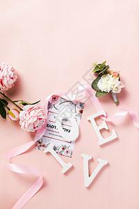粉色背景上的卡片花朵图片