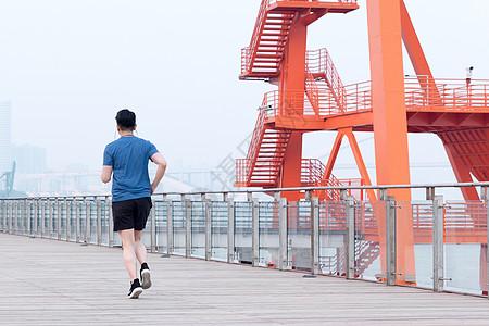年轻男性户外运动跑步图片
