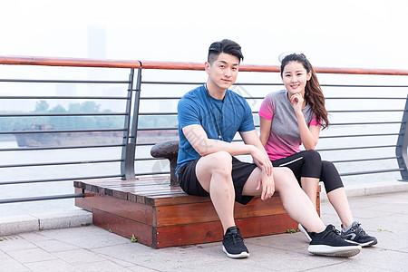 户外运动坐着休息的年轻男女图片
