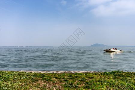 东湖上行驶的快艇图片