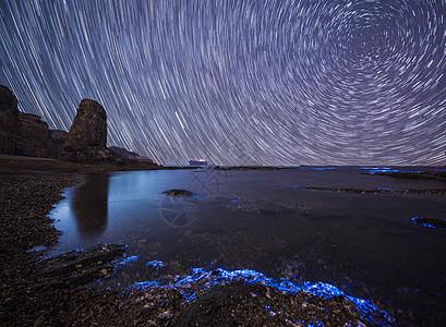 荧光海滩下的星轨图片
