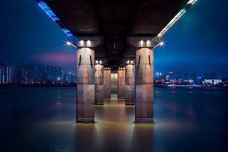 夜幕下的桥墩图片