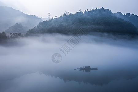 雾漫小东江图片