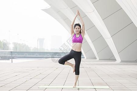 户外瑜伽运动女性动作图片
