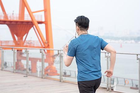 户外健身跑步男性背影图片