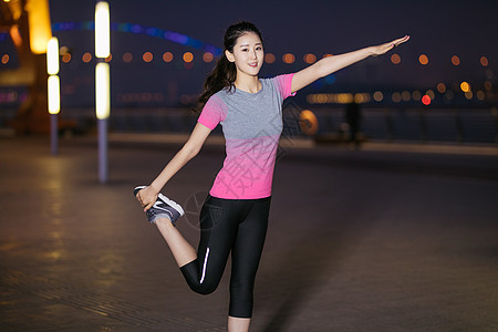 户外运动女性夜间拉伸图片