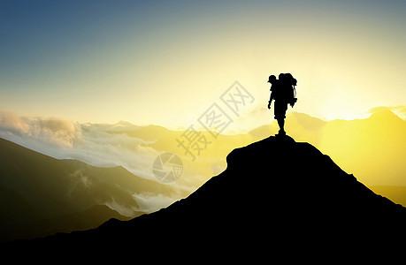 站在山顶的人物剪影图片