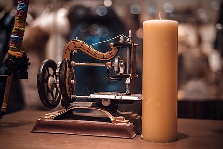 老式缝纫机与蜡烛图片
