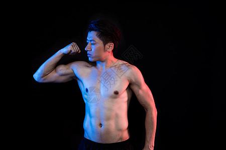 运动男性肌肉身材展示创意形象照图片