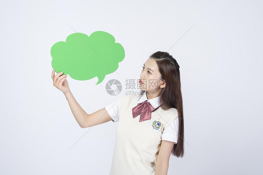 拿着对话框的女学生图片
