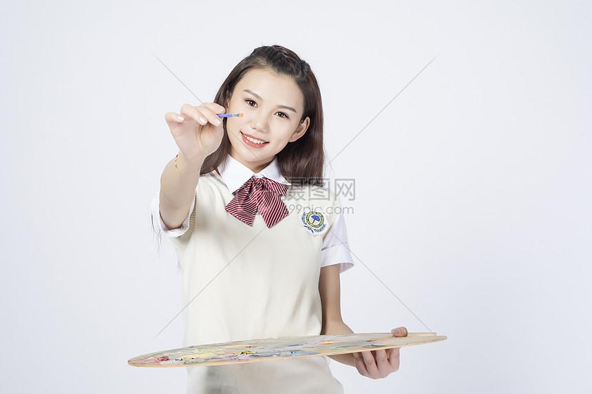 拿着画板的女学生图片