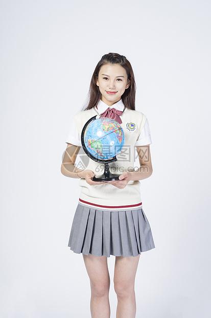 拿着地球仪的女学生图片