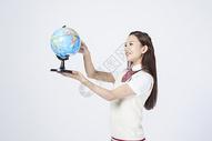 拿着地球仪的女学生500908055图片