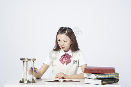 计时写作业的女学生图片